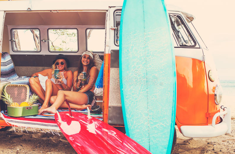 Meninas do surfista do estilo de vida da praia na ressaca Van do vintage foto de stock royalty free