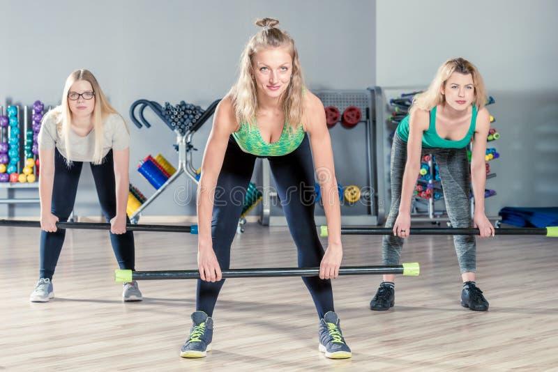 Meninas do tiro no gym durante o grupo foto de stock
