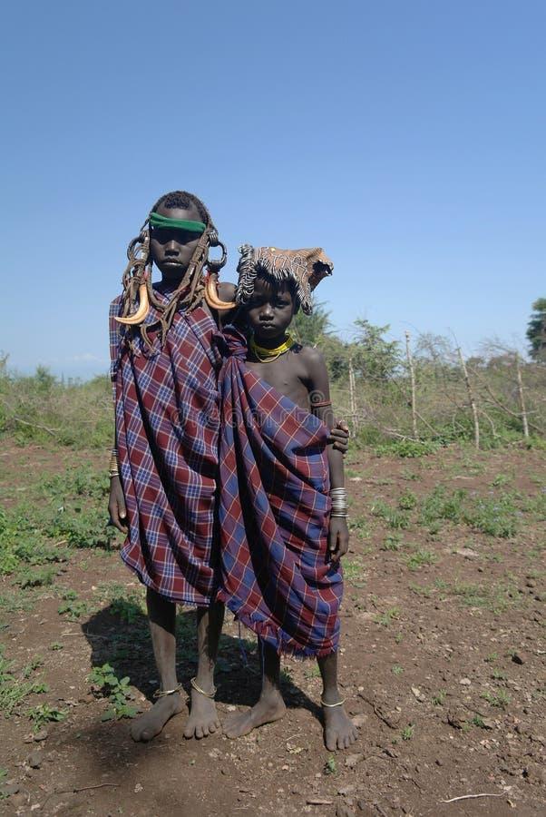 Meninas do tribo de Mursi - 5 de outubro de 2012, vale de Omo, Etiópia foto de stock royalty free