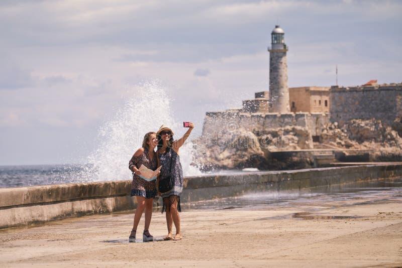 Meninas do turista que tomam Selfie com telefone celular em Havana Cuba imagens de stock royalty free