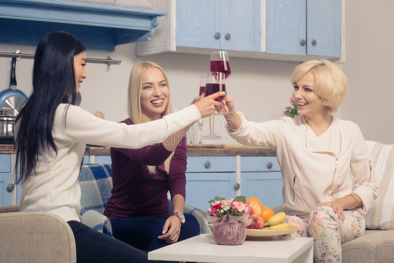 Meninas dos amigos que têm o partido em casa foto de stock royalty free