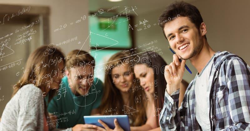 Meninas e meninos que estudam com equação da matemática no primeiro plano imagem de stock royalty free