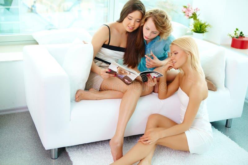 Meninas em casa fotos de stock