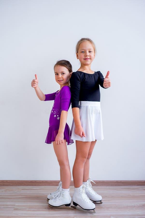 Meninas em patins de gelo imagens de stock