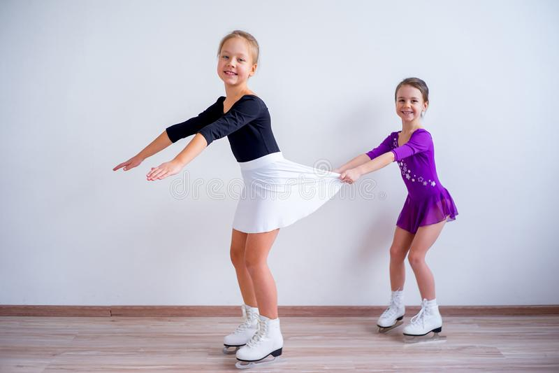 Meninas em patins de gelo fotografia de stock