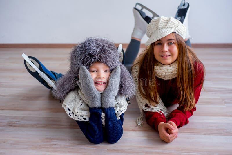Meninas em patins de gelo foto de stock royalty free