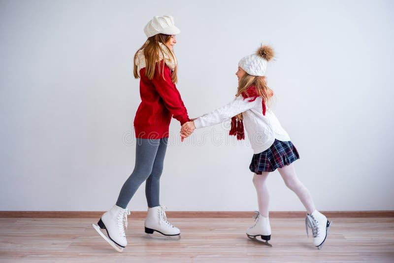 Meninas em patins de gelo imagem de stock royalty free