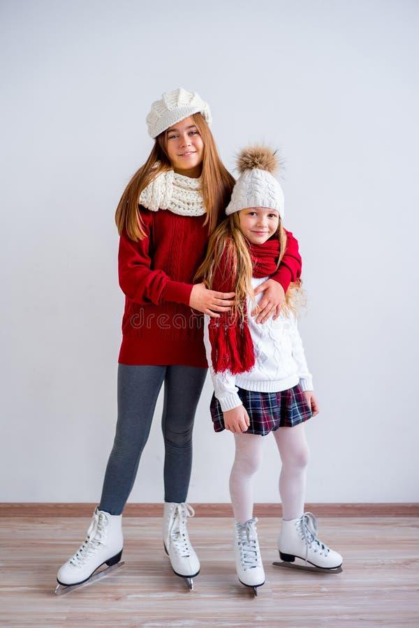 Meninas em patins de gelo fotos de stock