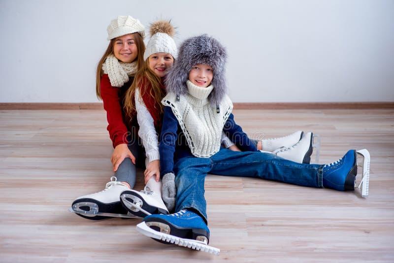 Meninas em patins de gelo imagens de stock royalty free