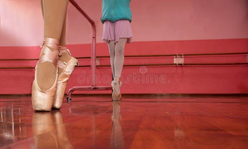 Meninas em sua classe do bailado foto de stock royalty free