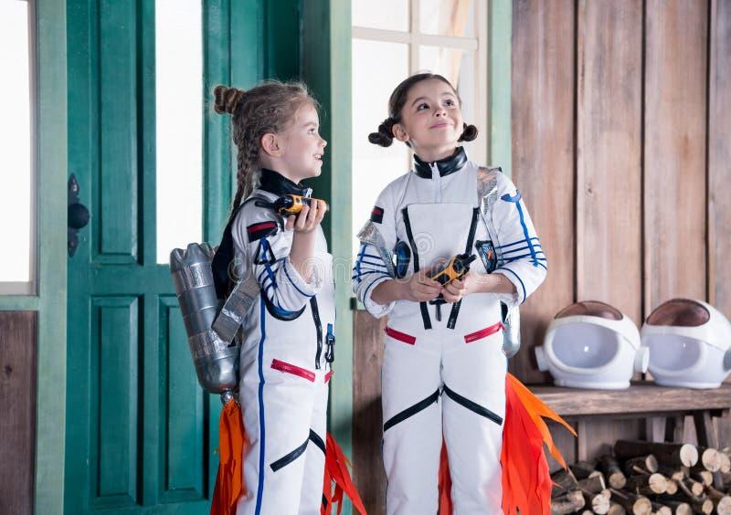 Meninas em trajes do astronauta com jetpacks foto de stock