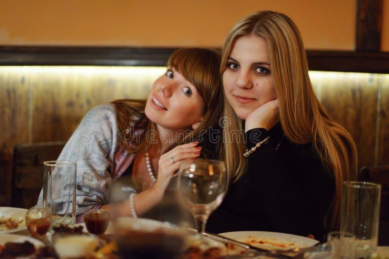 Meninas em um restaurante fotos de stock royalty free