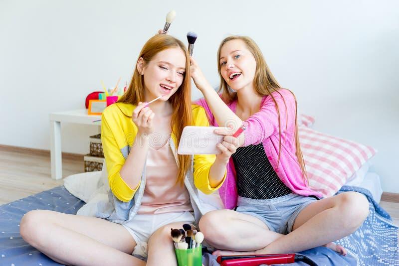 Meninas em um sleepover foto de stock royalty free