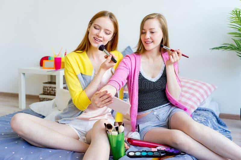 Meninas em um sleepover fotos de stock
