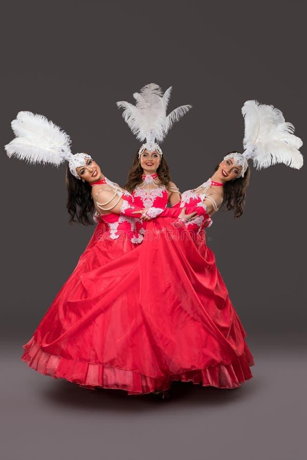 Meninas em vestidos do carnaval e no tiro isolado máscaras foto de stock