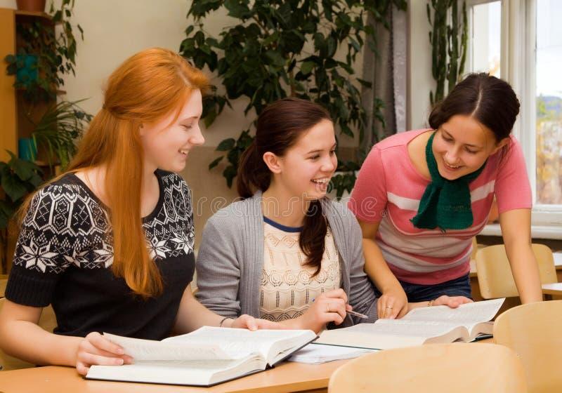 Meninas envolvidas na faculdade fotos de stock