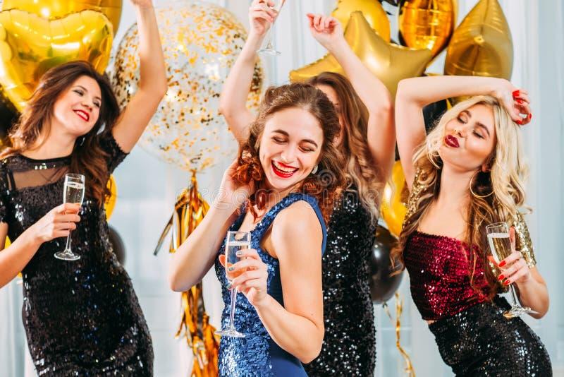 Meninas extravagantes da celebração do partido da casa da graduação foto de stock royalty free