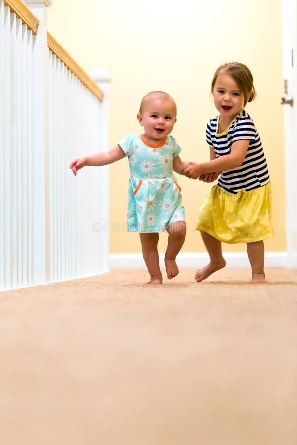 Meninas felizes da criança que correm e que jogam fotografia de stock