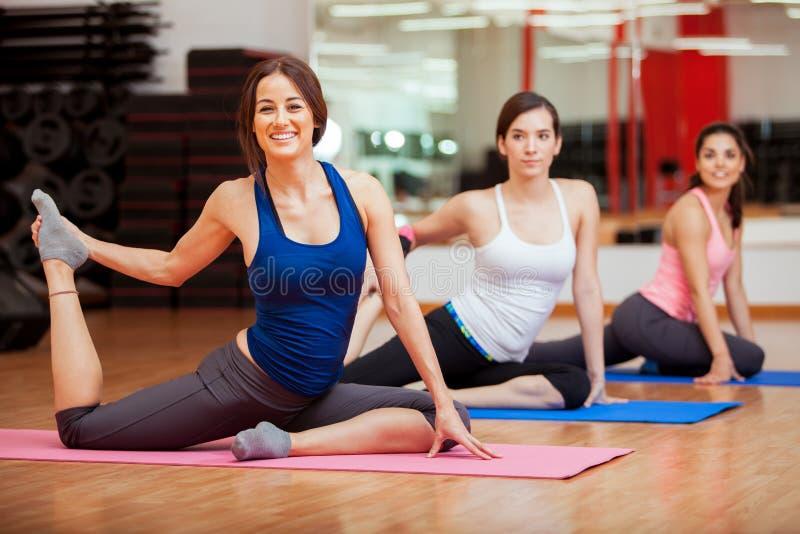 Meninas felizes que dão certo em um gym fotos de stock royalty free