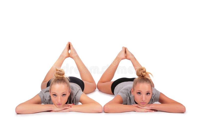 Meninas gêmeas do esporte que encontram-se no assoalho fotos de stock royalty free