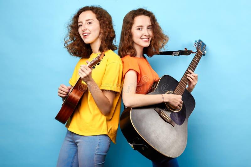 Meninas impressionantes agradáveis que participam no festival foto de stock royalty free