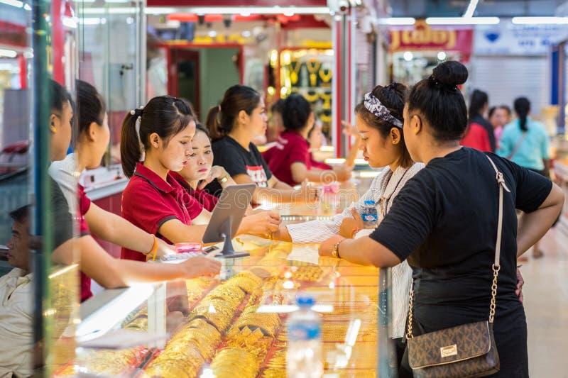 Meninas Laotian na loja do ouro em Vientiane, Laos imagem de stock