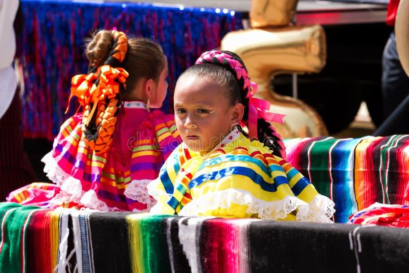 Meninas mexicanas tipicamente vestidas fotografia de stock royalty free