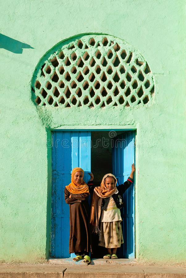 Meninas muçulmanas fora da mesquita em Etiópia harar imagem de stock