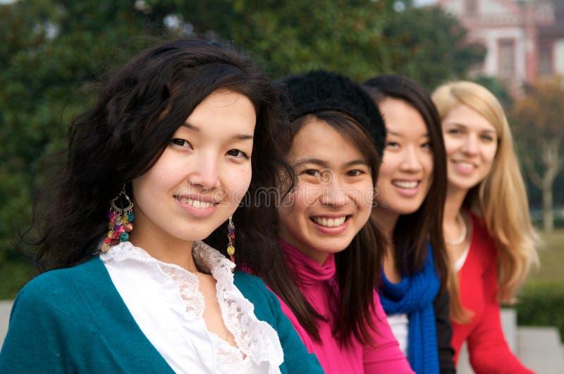 Meninas multiculturais na faculdade imagem de stock