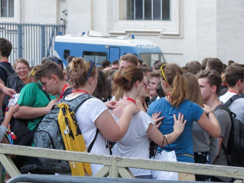 Meninas não identificadas que dão-se para trás a massagem em Cidade Estado do Vaticano imagens de stock royalty free
