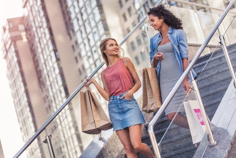 Meninas na cidade foto de stock royalty free