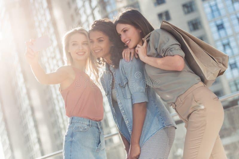 Meninas na cidade fotografia de stock royalty free