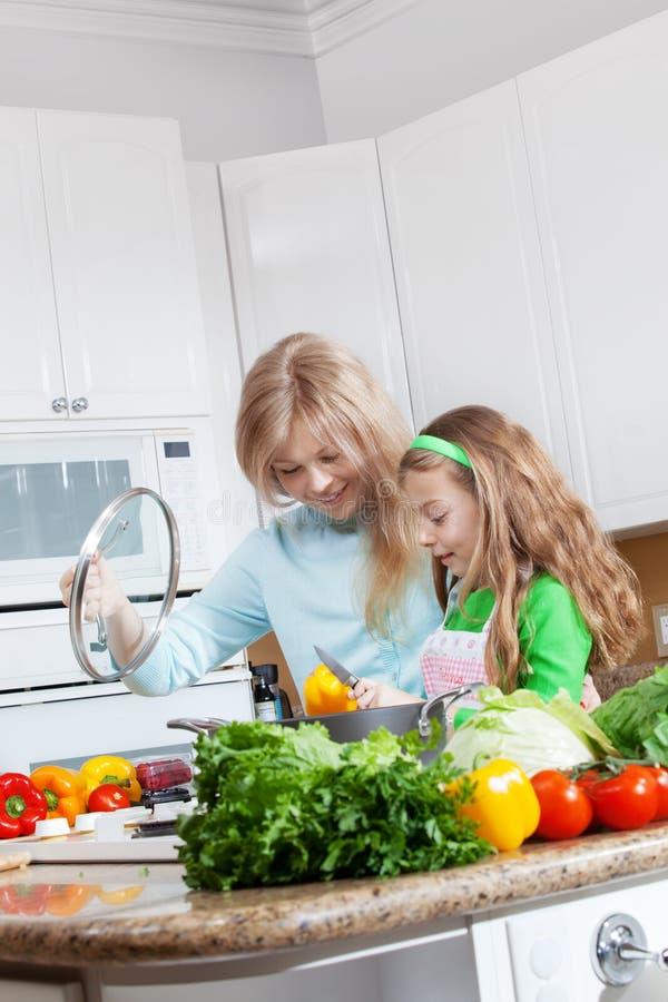 Meninas na cozinha fotos de stock royalty free