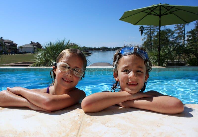 Meninas na piscina foto de stock