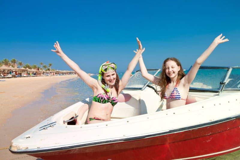 Meninas nas máscaras para nadar e banhar-se no barco imagens de stock royalty free