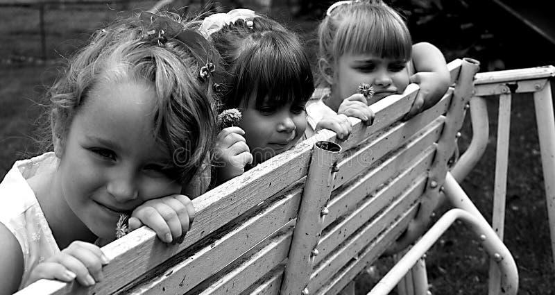 Meninas no banco fotografia de stock royalty free