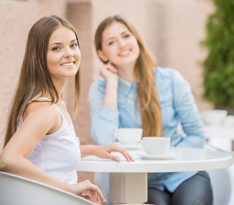 Meninas no café do verão foto de stock royalty free
