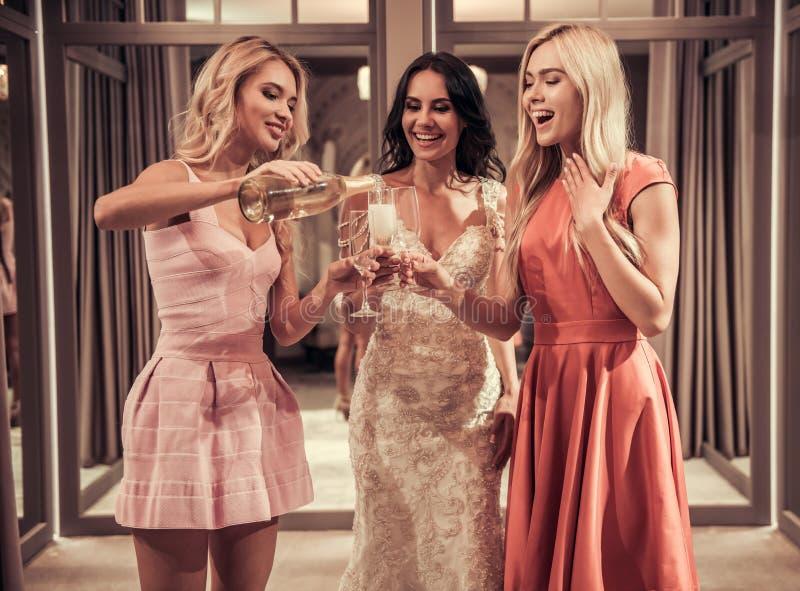Meninas no salão de beleza do casamento imagem de stock
