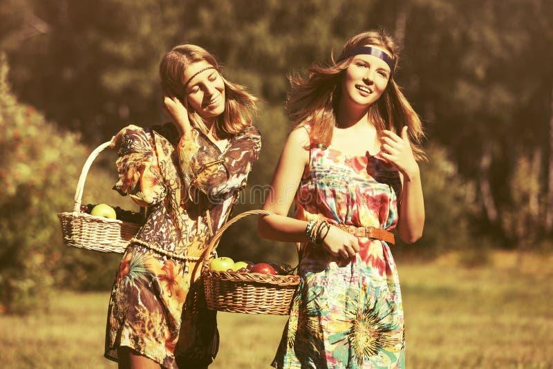 Download Meninas Novas Felizes Da Forma Com Um Passeio Da Cesta De Fruto Exterior Imagem de Stock - Imagem de vestido, outdoor: 107525829
