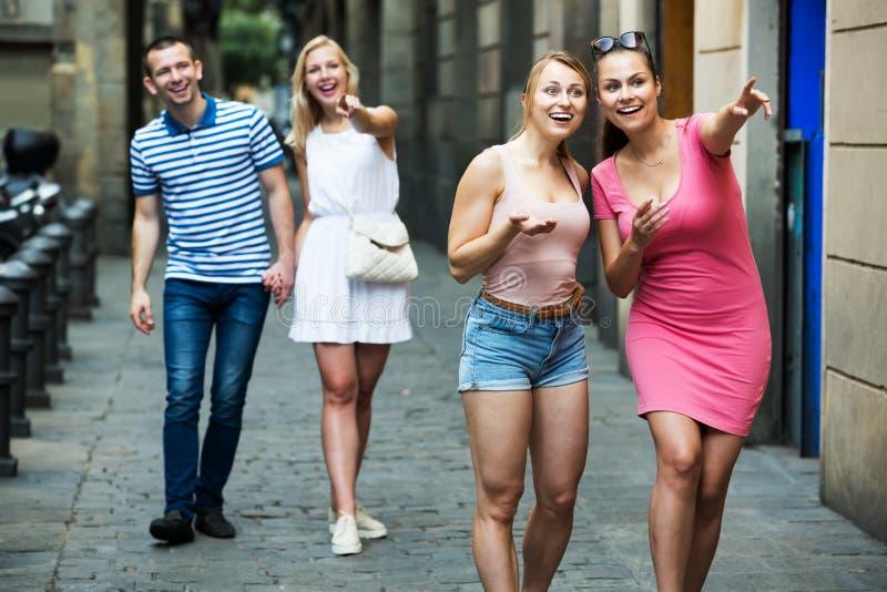 Meninas que andam na cidade do verão fotos de stock