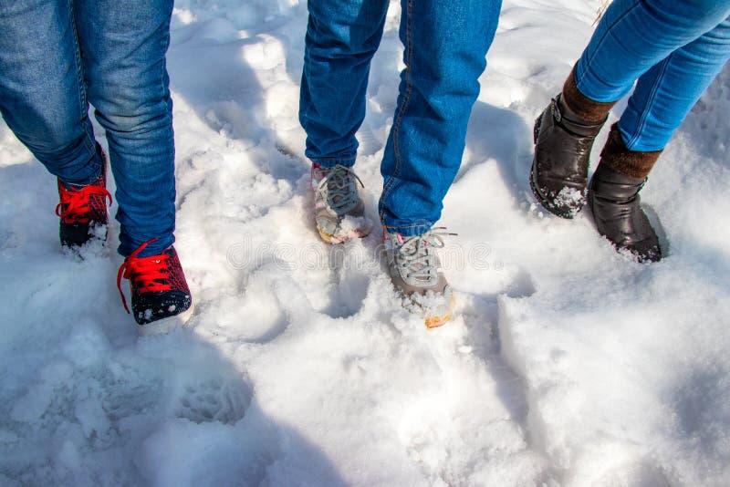 Meninas que andam na neve foto de stock