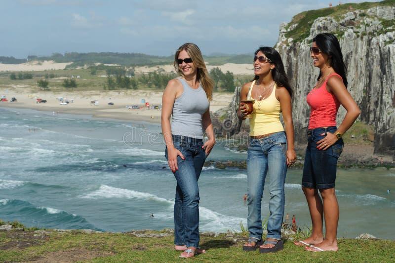 Meninas que bebem o chimarrão na praia de Torres em Brasil do sul imagens de stock royalty free