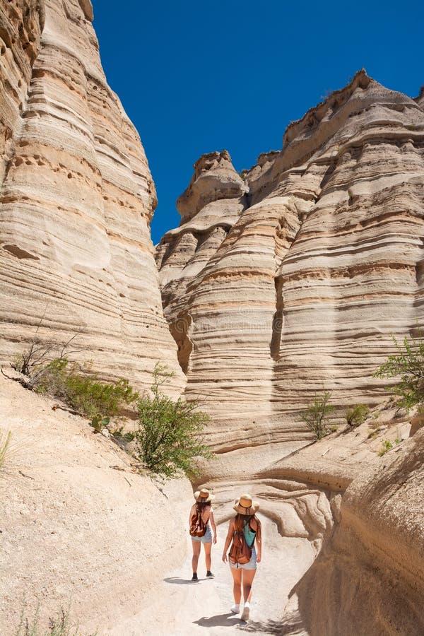 Meninas que caminham em montanhas de New mexico em férias de verão foto de stock royalty free
