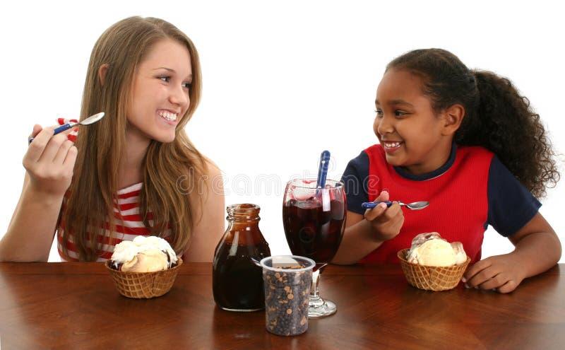 Meninas que comem o gelado fotografia de stock royalty free