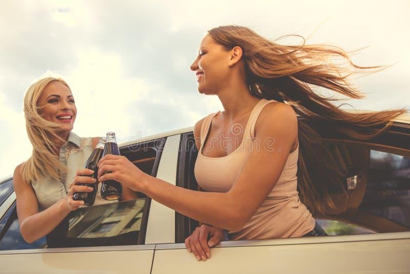 Meninas que conduzem o carro imagem de stock