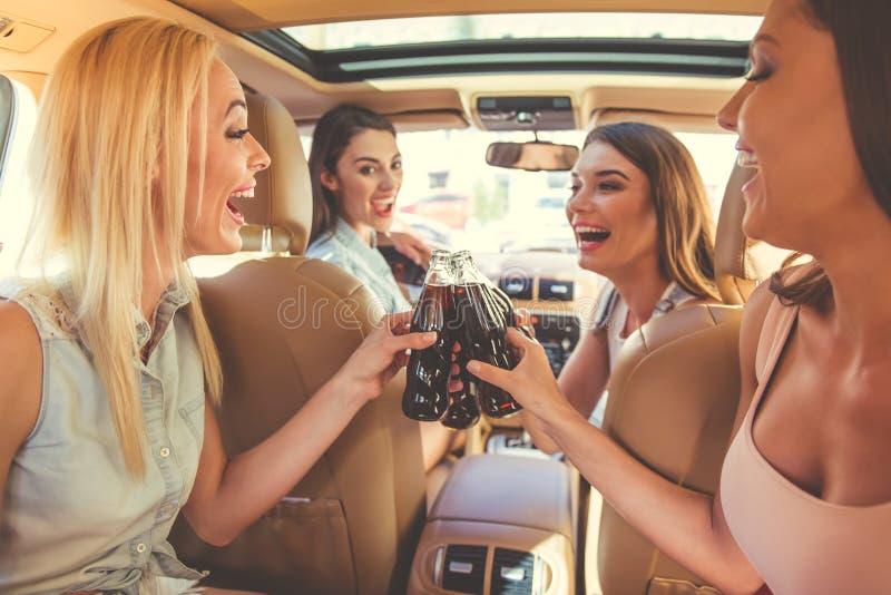 Meninas que conduzem o carro fotografia de stock
