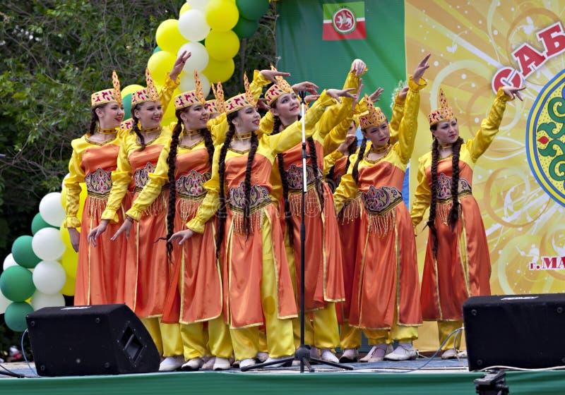 Meninas que dançam na limpeza tradicional em Sabantuy imagem de stock