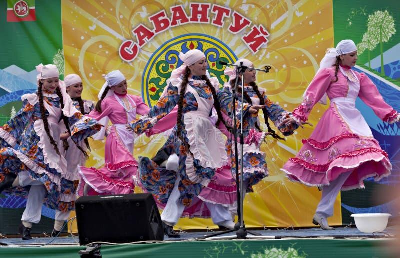 Meninas que dançam na limpeza tradicional em Sabantuy fotos de stock