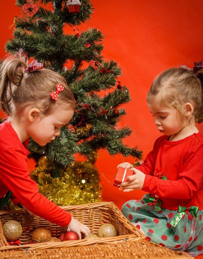 Download Meninas Que Decoram Uma árvore De Natal Imagem de Stock - Imagem de beleza, felicidade: 80101971