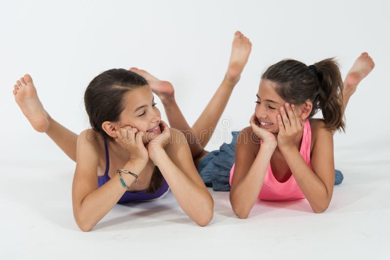 Meninas que encontram-se com os pés descalços imagem de stock royalty free